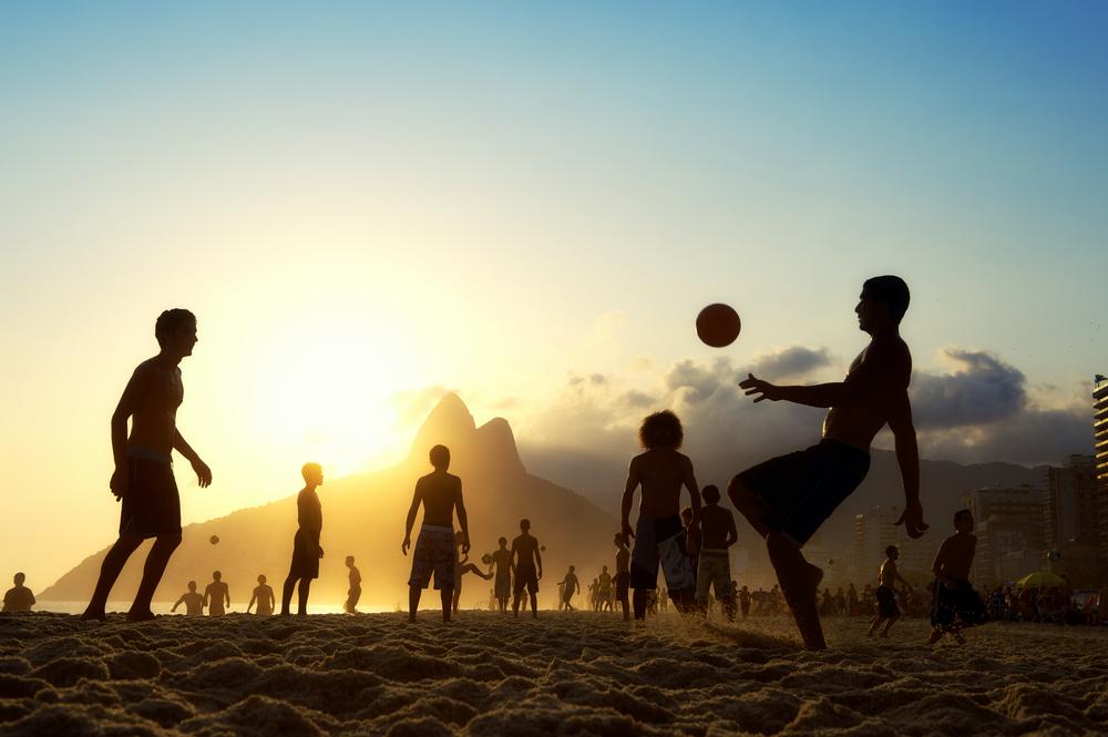 さすがサッカー大国、ビーチでもサッカー!(私は見てるだけ)