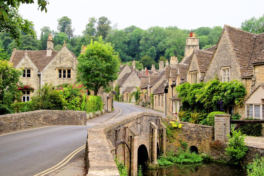 近代的な建物と歴史的建造物が建ち並ぶ街