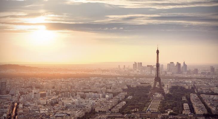 エッフェル塔の頂上から眺めるパリの街は最高です!