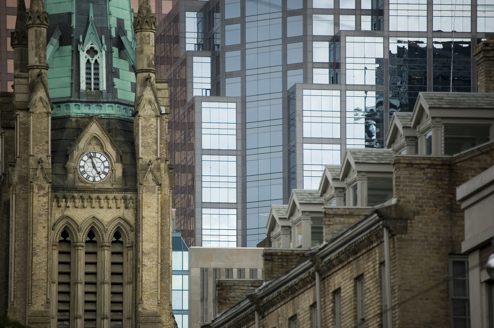 近代ビルが並ぶ街中にあるサンミシェル教会