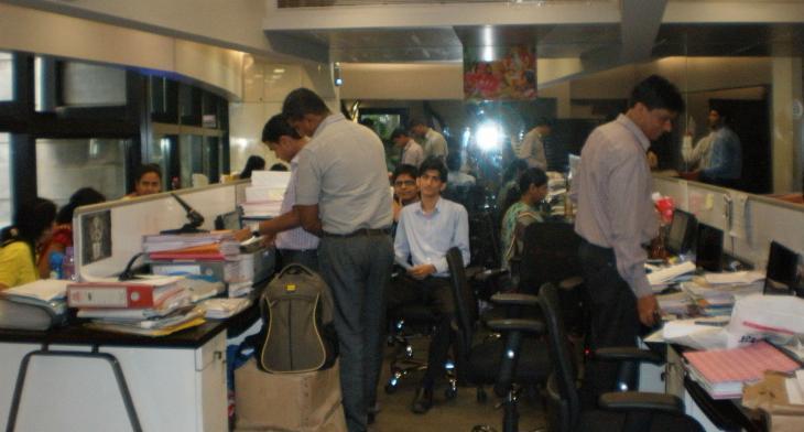 終業間近のマーケティングチーム - インド企業の平均年齢は若い。