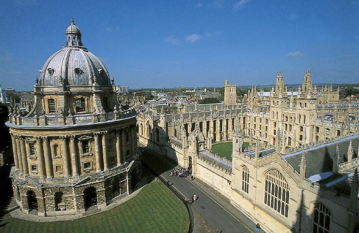 イギリス最古の大学 14世紀に建てられた聖マリア教会から