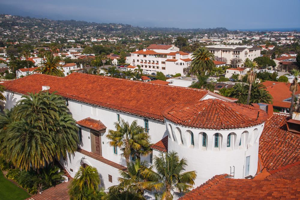 白い壁と赤い屋根のスペイン風建築で統一された美しい街並にうっとり♡