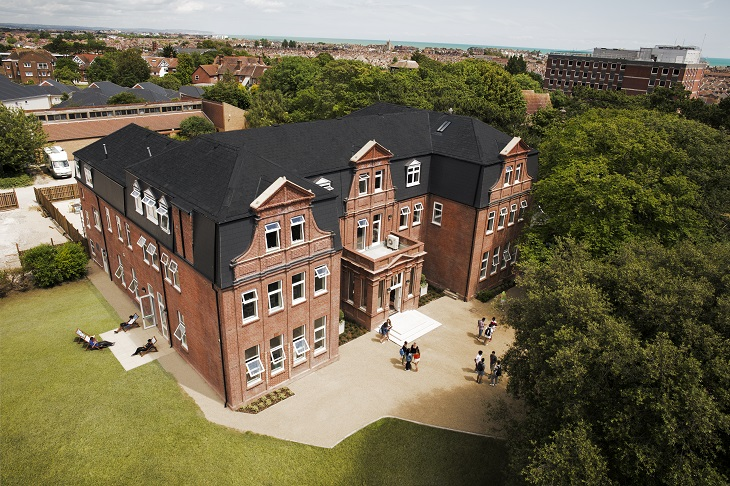 イギリスらしいレンガの校舎