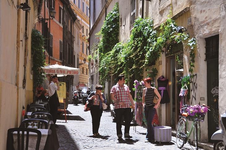 石畳の続くイタリアの街並み