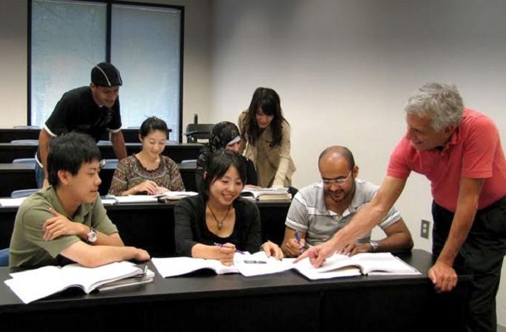 すべてのELS教師は英語教授の経験豊かな教育の専門家であり、その多くが高度な学位を取得しています