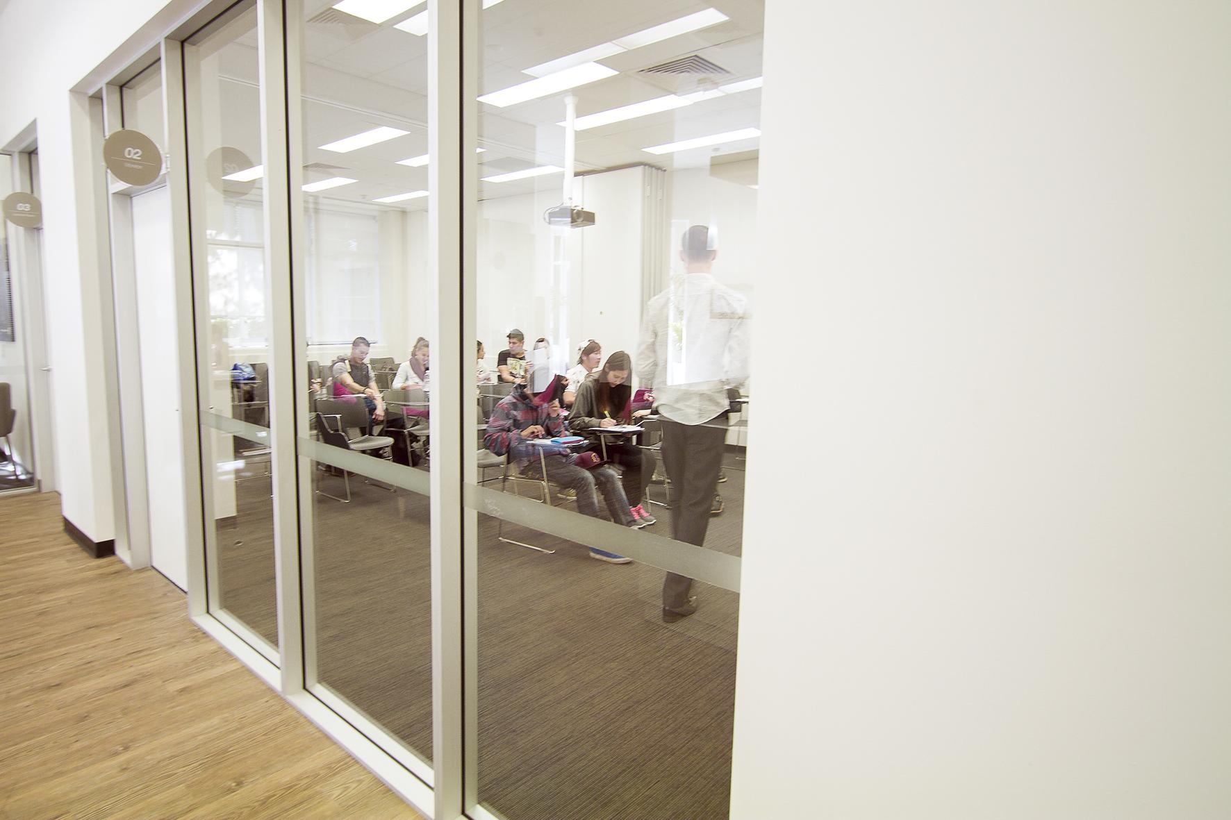EFパース校の広々とした教室で学ぼう