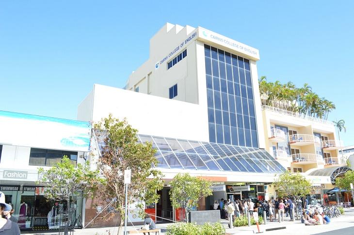ケアンズの中心に位置するキャンパスには学校所有のカフェやツアーデスクもあり!
