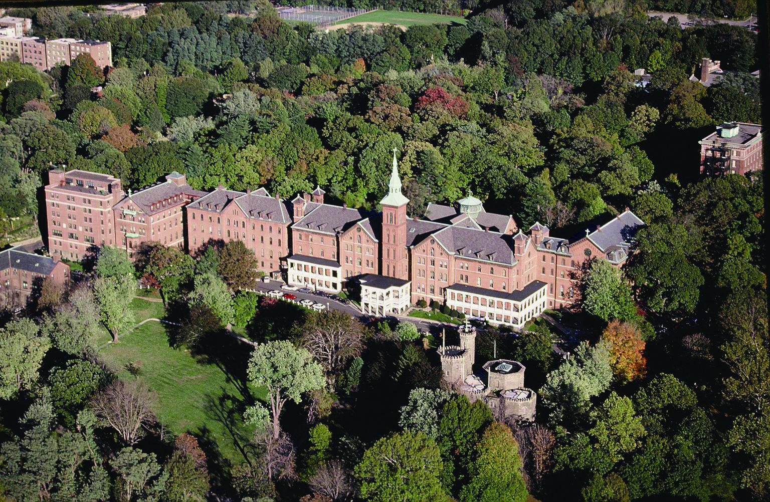 森に囲まれたかわいらしいキャンパス♪