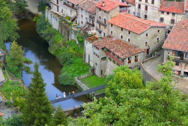 カタルニア地方の中世の街並み街道