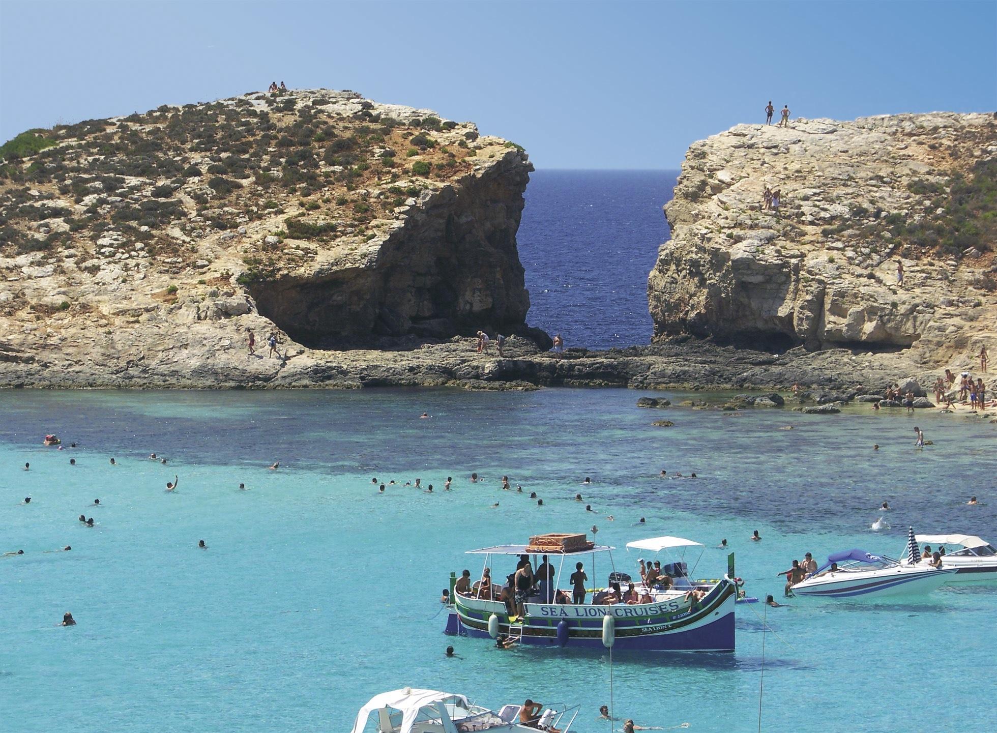 青く澄み渡る地中海