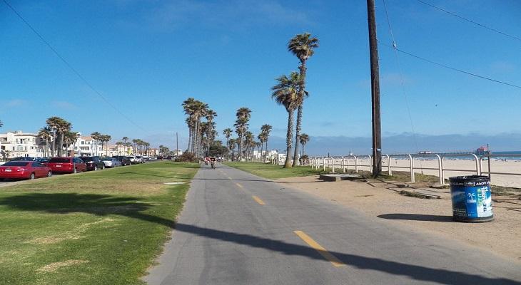 夕方は犬の散歩をする人やウォーキングをする人で賑うハンティントンビーチ