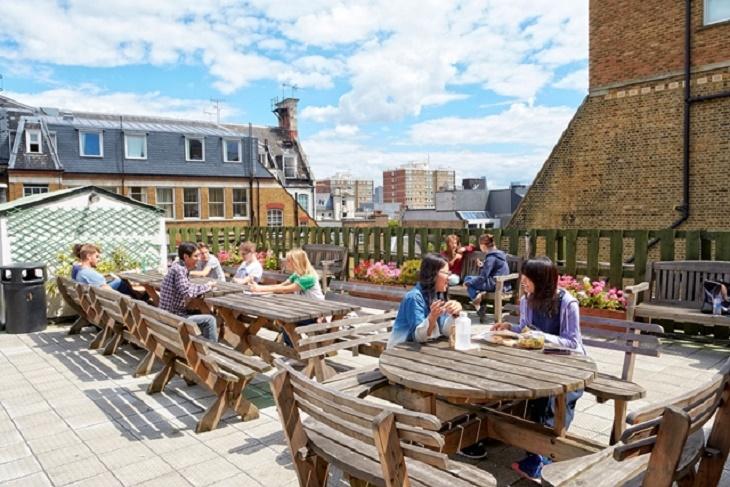 ロンドンセントラル校は屋上に出てゆったり過ごすことも可能です