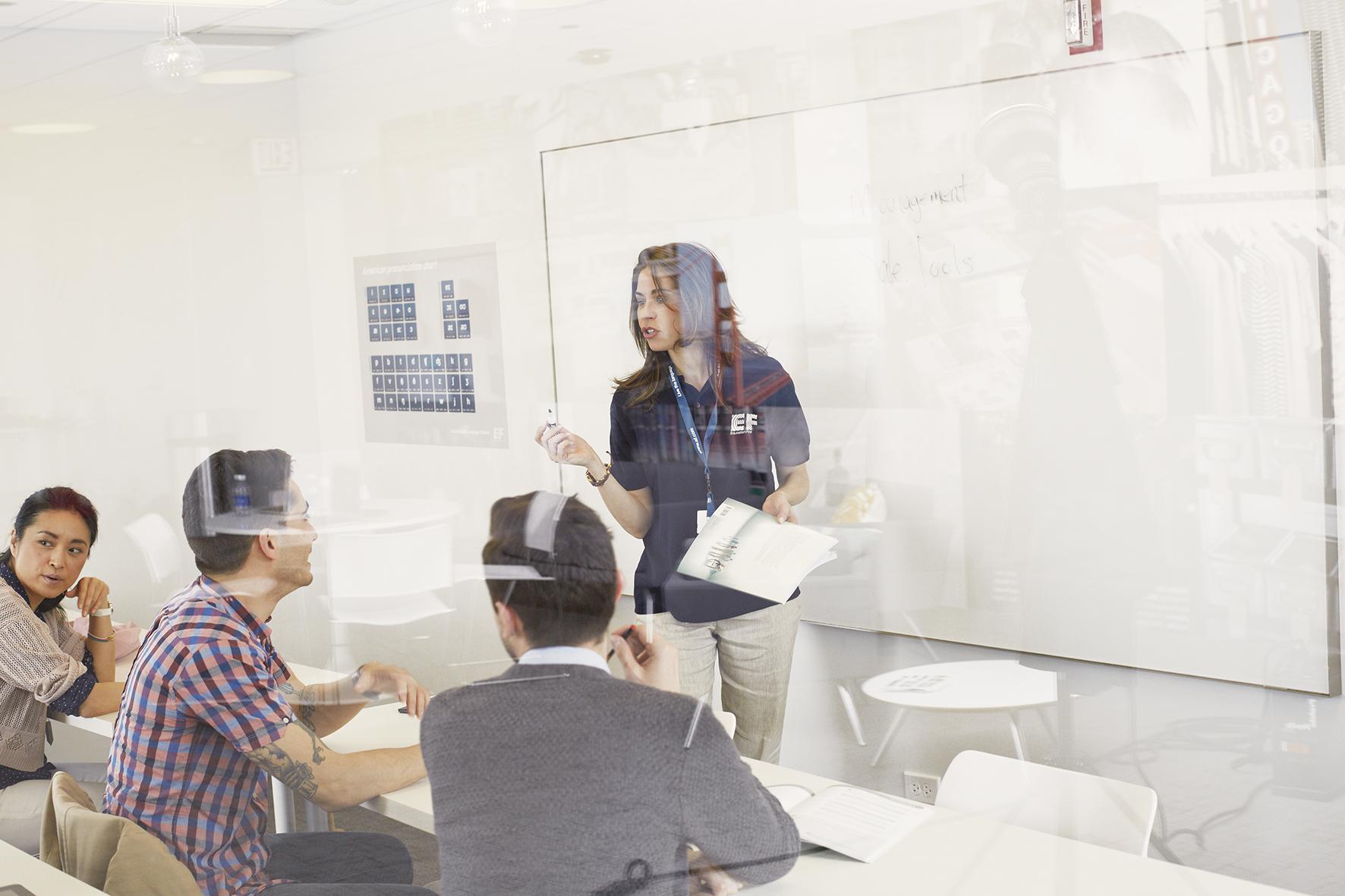 ビジネスで役立つ英語を学びます