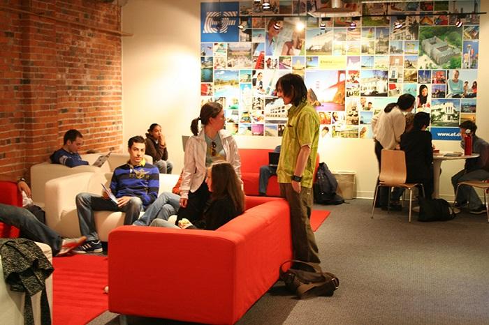 休み時間は学生ラウンジで他国の留学生と交流!